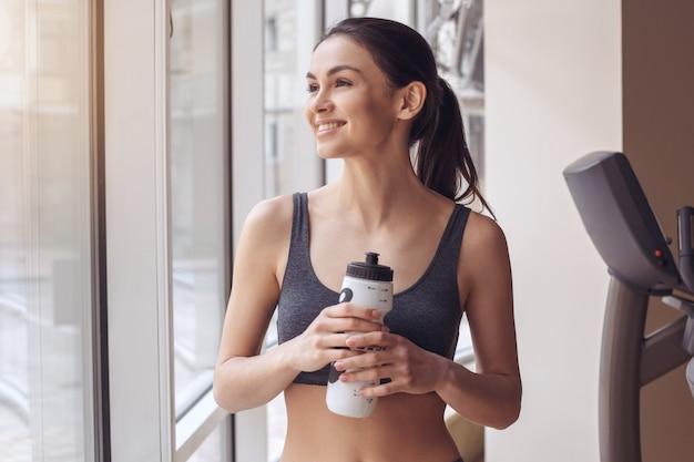 Młoda kobieta trening w siłowni zdrowego stylu życia wody pitnej