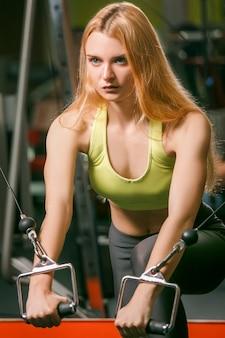 Młoda kobieta treningu w nowoczesnej siłowni