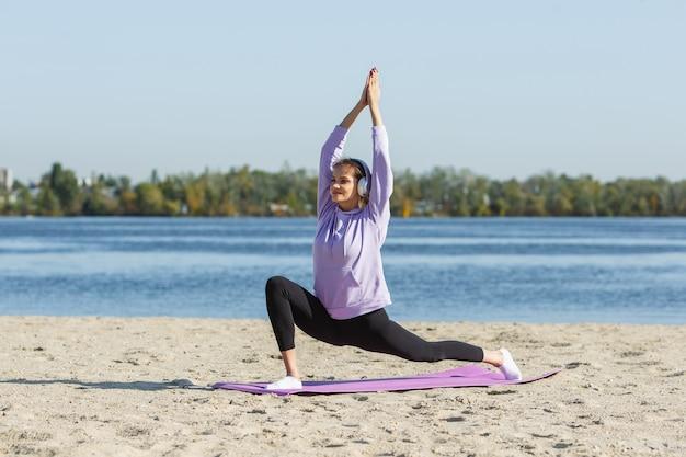 Młoda kobieta trenuje na świeżym powietrzu w jesiennej koncepcji sportu