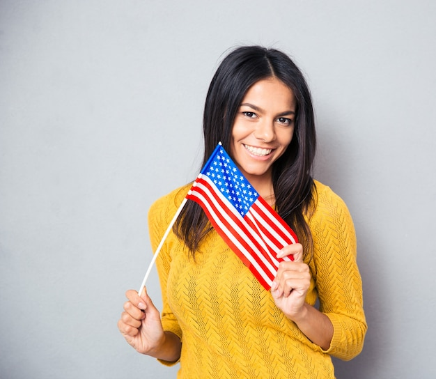 Młoda kobieta trzyma amerykańską flagę