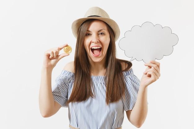 Młoda kobieta trzyma bitcoin, monety złotego koloru, puste puste say chmura, dymek na białym tle. finanse, biznes online, koncepcja wirtualnej waluty. powierzchnia reklamowa. skopiuj miejsce