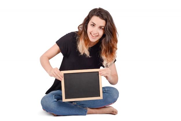 Młoda kobieta trzyma chalkboard