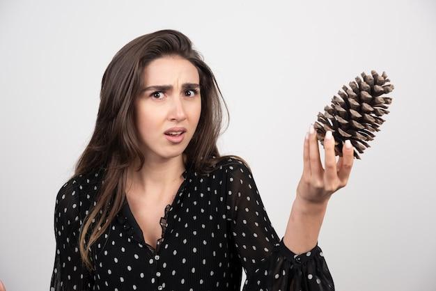 Młoda Kobieta Trzyma Dużą Szyszkę Darmowe Zdjęcia