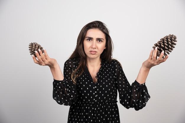 Młoda Kobieta Trzyma Dwa Duże Szyszki Darmowe Zdjęcia