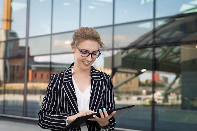 Młoda kobieta trzyma formalną odzież w pastylce