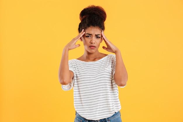 Młoda kobieta trzyma głowę podczas gdy migrena