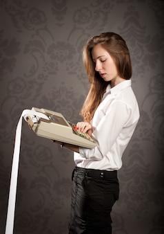 Młoda kobieta trzyma kalkulator