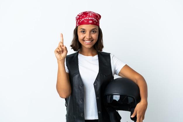 Młoda kobieta trzyma kask motocyklowy na białym, wskazując na świetny pomysł