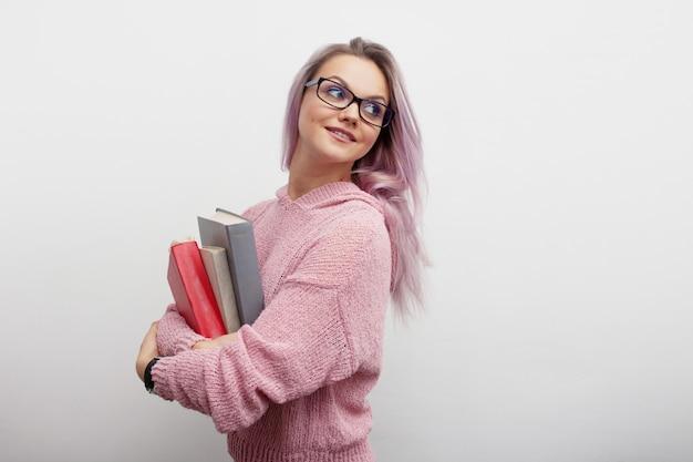 Młoda kobieta trzyma książki