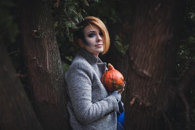 Młoda kobieta trzyma małą bani.