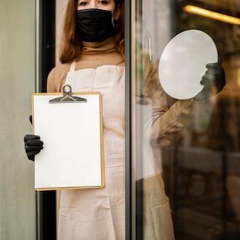 Młoda kobieta trzyma menu
