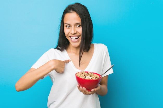 Młoda kobieta trzyma miskę zbóż