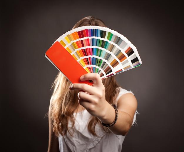 Młoda kobieta trzyma paletę pantone
