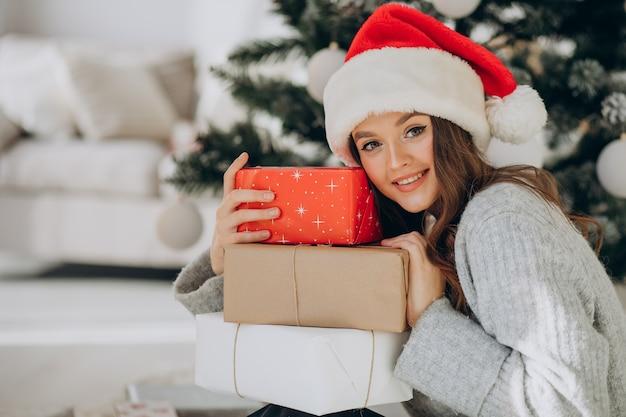 Młoda kobieta trzyma prezenty świąteczne