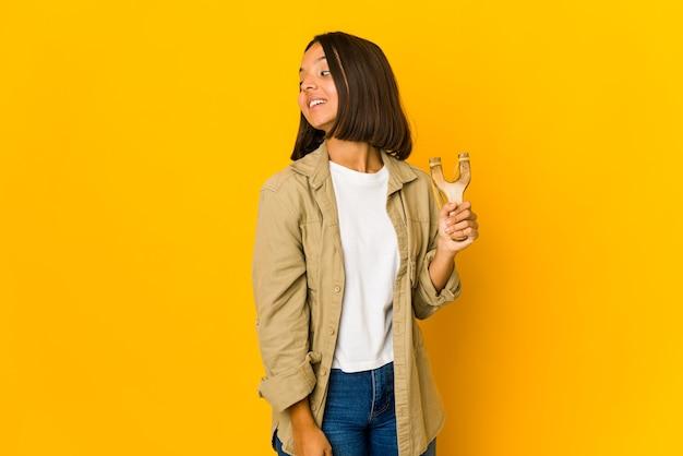 Młoda kobieta trzyma procę
