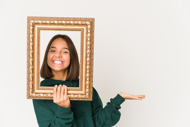 Młoda kobieta trzyma ramkę