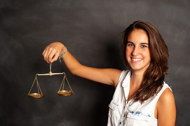 Młoda kobieta trzyma równowagę przed tablicą
