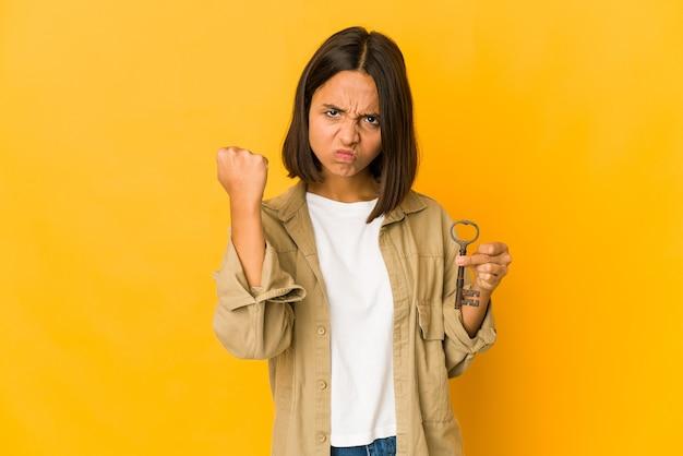 Młoda kobieta trzyma stare klucze