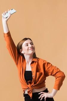 Młoda kobieta trzyma telefon