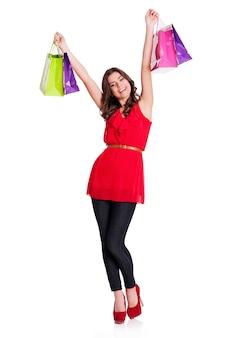Młoda kobieta trzyma torby na zakupy