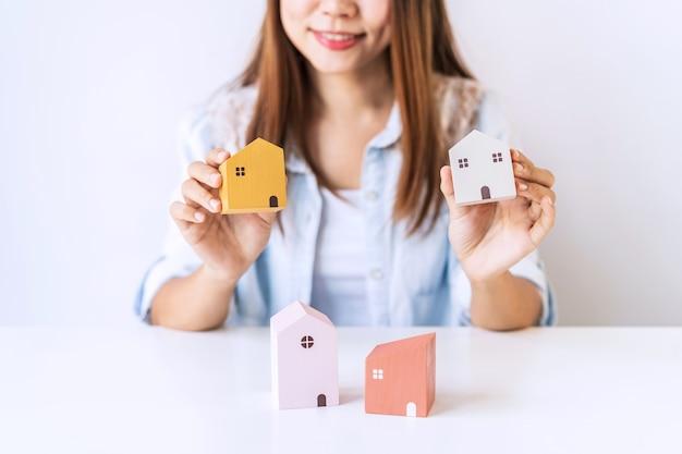 Młoda kobieta trzyma trochę domów