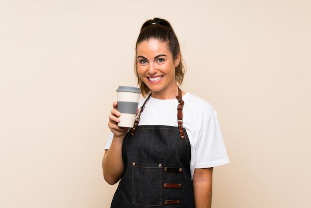 Młoda kobieta trzyma zabiera kawę