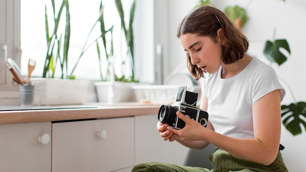 Młoda kobieta trzymając profesjonalny aparat