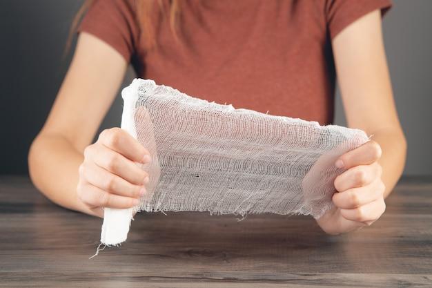Młoda kobieta trzymająca bandaż