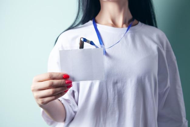 Młoda kobieta trzymająca identyfikator