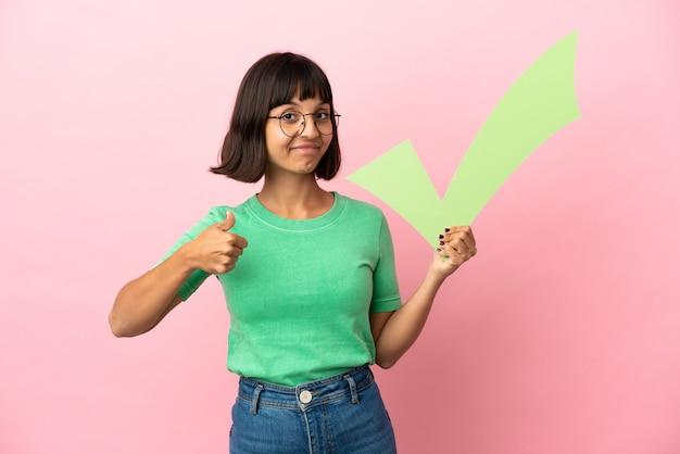 Młoda kobieta trzymająca ikonę czeku z kciukiem do góry