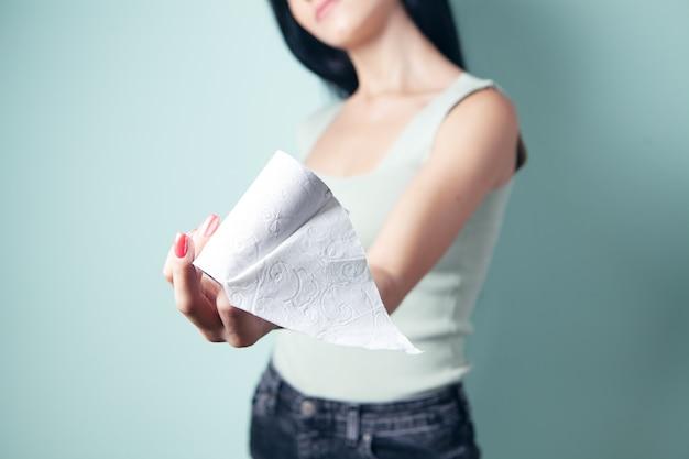 Młoda kobieta trzymająca ostatni kawałek papieru toaletowego