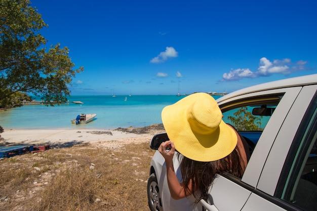 Młoda kobieta turysta cieszy się na wakacje
