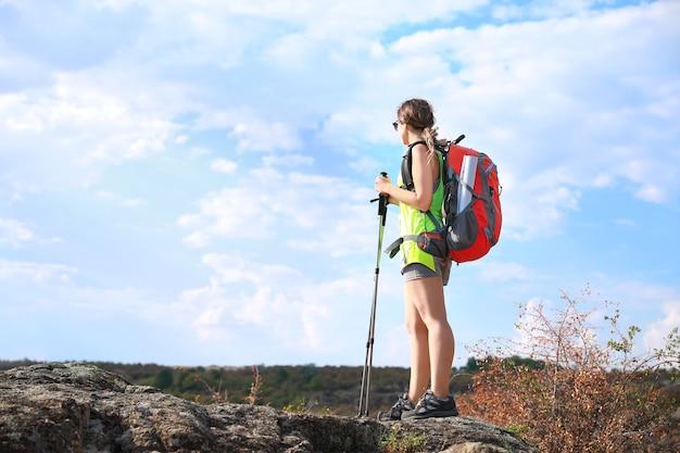 Młoda kobieta turysta na wsi