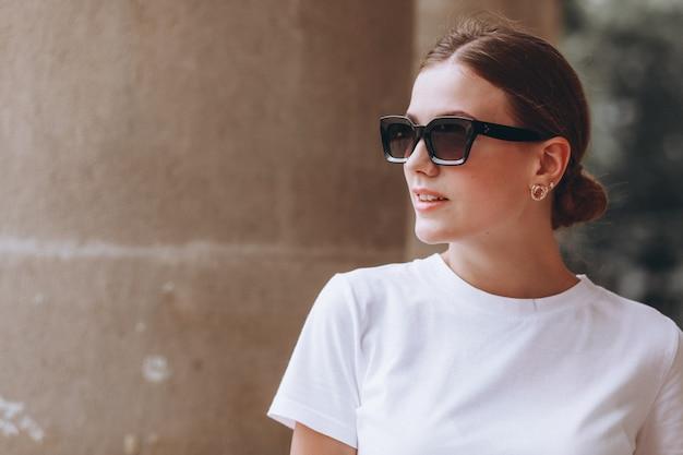 Młoda kobieta ubrana na co dzień na zewnątrz w mieście