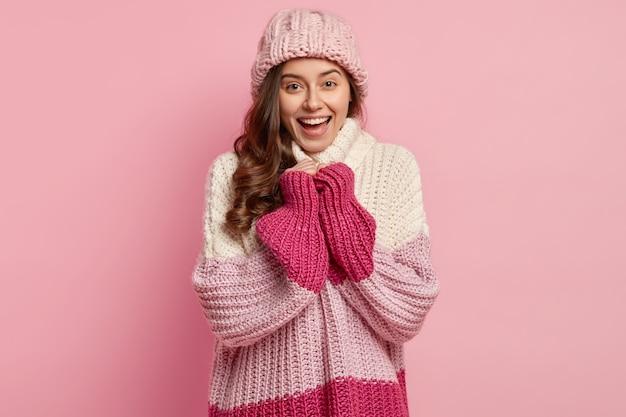 Młoda kobieta ubrana w kolorowe zimowe ubrania