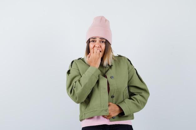Młoda kobieta ubrana w kurtkę i różowy kapelusz