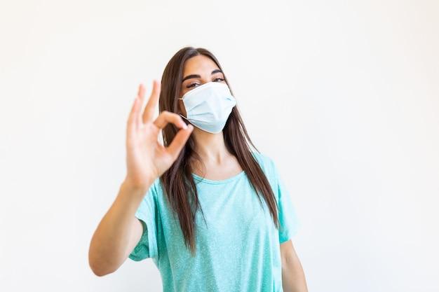 Młoda kobieta ubrana w maskę ochronną