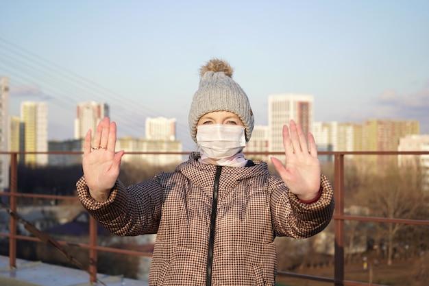 Młoda kobieta ubrana w maskę