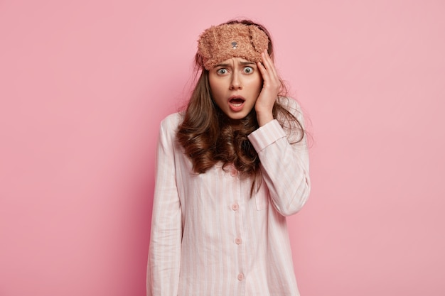 Młoda kobieta ubrana w piżamę i maskę do spania