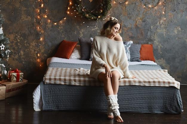 Młoda kobieta ubrana w przytulny ciepły sweter