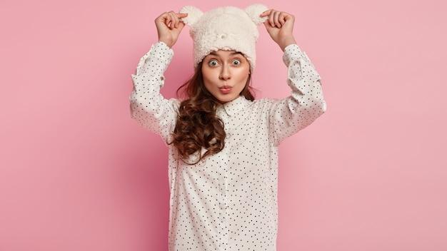 Młoda kobieta ubrana w śmieszny kapelusz