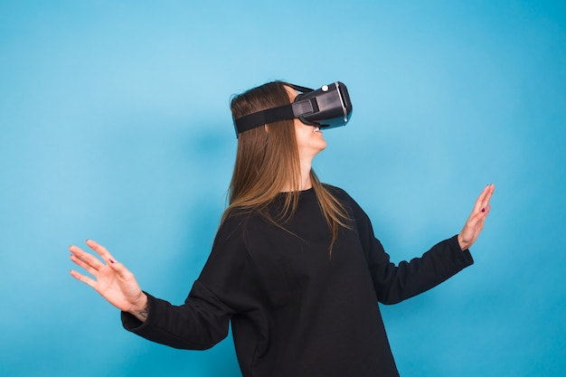 Młoda kobieta ubrana w urządzenie wirtualnej rzeczywistości. koncepcja technologii, rzeczywistości wirtualnej i ludzi.