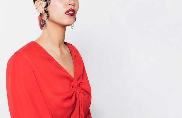 Młoda kobieta ubrana w żywe modne ubrania