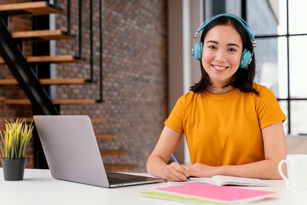 Młoda kobieta uczęszcza na zajęcia online