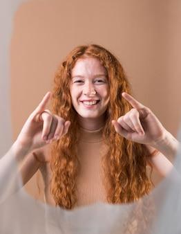 Młoda kobieta uczy języka migowego