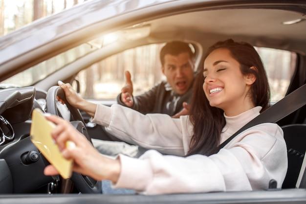 Młoda kobieta uczy się prowadzić samochód
