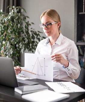 Młoda kobieta uczy swoją klasę online