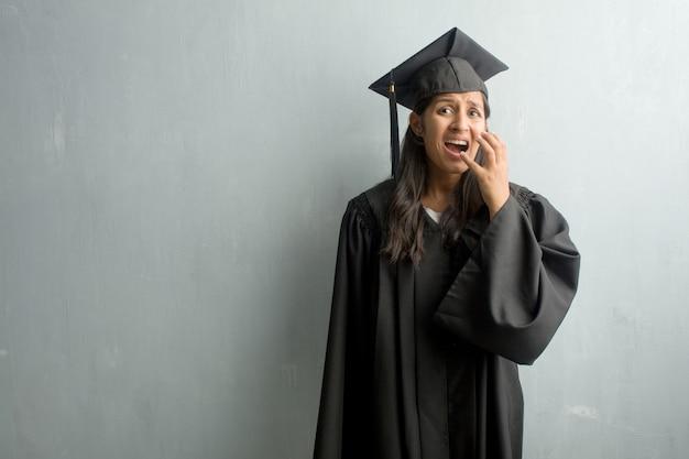 Młoda kobieta ukończył indian na ścianie bardzo przestraszony i przestraszony, gotowe na coś