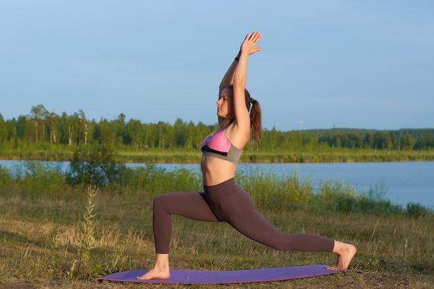 Młoda kobieta uprawia jogę w naturze. joga pozy i praktyka.