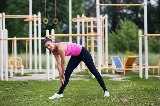 Młoda kobieta uprawia sport na placu zabaw